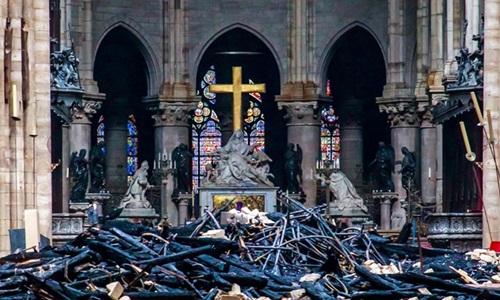 Cảnh đổ nát bên trong Nhà thờ Đức Bà. Ảnh: AFP.