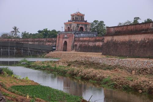 Công trình bờ Kinh thành Huế được làm mới bằng đá garanit. Ảnh: Võ Thạnh