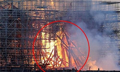 Hình ảnh được cho là Chúa Jesus hiện về trong đám cháy Nhà thờ Đức Bà Paris. Ảnh: Facebook.