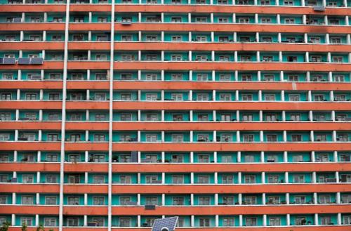 Tấm pin năng lượng mặt trời lắp trên ban công nhà dân tại một chung cư ở Bình Nhưỡng năm 2016. Ảnh: Reuters.