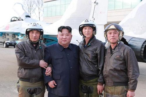 Kim Jong-un (thứ hai từ trái sang) chụp ảnh cùng các phi công quân sự Triều Tiên. Ảnh: KCNA.