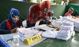 Quan chức bầu cử Indonesia hóa trang thành siêu nhân