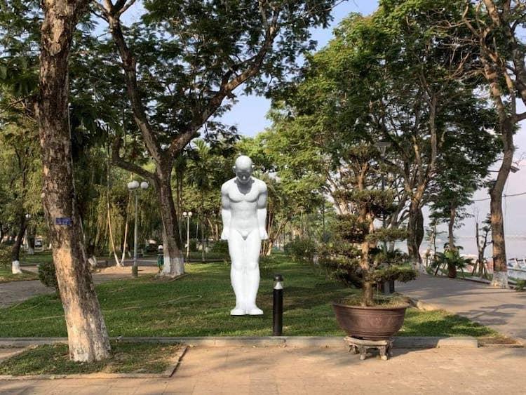 Phối cảnh bức tượng Người đàn ông cúi đầu ở công viên Lý Tự Trọng