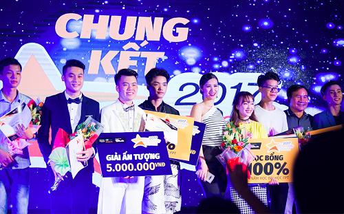 Thí sinh nhận giải thưởng trong đêm chung kết FPT University Talent mùa đầu tiên năm 2017.