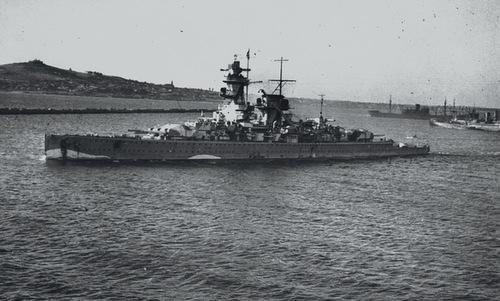 Đô đốc Graf Spee tiến vào cảng Montevideo sau trận đánh. Ảnh: Wikipedia.