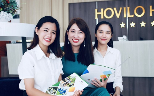 Bà Nguyễn Thị Uyên Thúy - Hiệu trưởng Trung học phổ thông FPT tại Cần Thơ (giữa).
