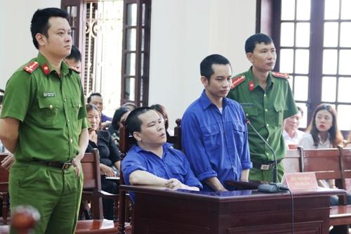 Bị cáo Nguyễn Xuân Thu và Nguyễn Văn Tuấn hầu tòa. Ảnh: Giang Chinh