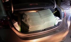 Ôtô chở 10.000 gói thuốc lá lậu từ Campuchia vào Long An