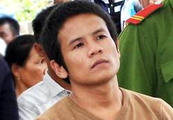 Việt nghe tuyên án sáng 18/4. Ảnh:Phạm Linh.
