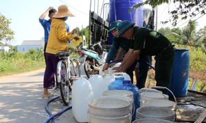 Bộ đội chở nước phục vụ người dân vùng hạn mặn miền Tây