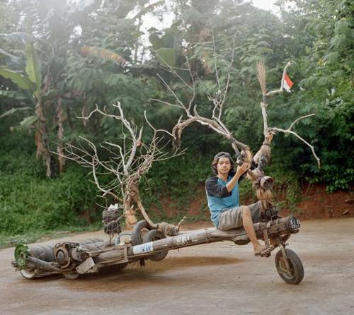 Neo, một người mê xe từ Balaraja, thị trấn nhỏ ở tỉnh Banten, Java. Chiếc Vespa chế từ cây của anh khá nổi tiếng trên Instagram. Trong 2016, Neo đã lái xe này khoảng 4.800 km.