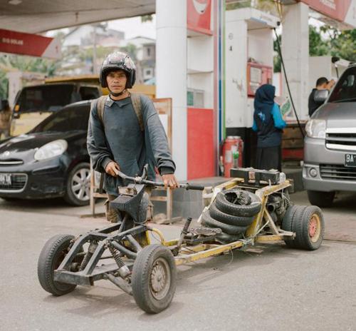 Sashi tại một trạm xăng ở Bukittinggi, Tây Sumatra. Anh đếntừ Jakarta sau khi chạy xe khoảng 1.500 km. Kế hoạch tiếp theo của Sashi là chạy tới đảo Sabang, cực tây của Indonesia. Tổng quãng đường hơn 4.800 km.