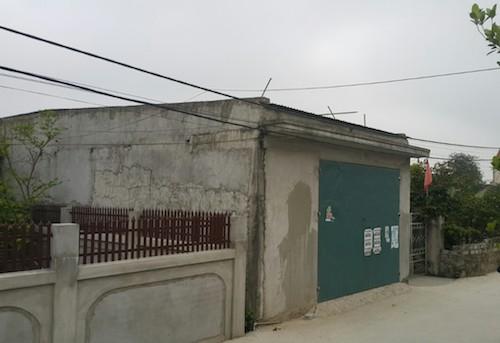 Trưa 18/4 nhà kho từng chứa 7 ta ma túy đang được khó kín cửa sau khi cảnh sát thực hiện xong khám xét. Ảnh: Nguyễn Hải.