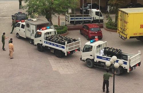 Tang vật vụ án gồm 50 chiếc vỏ loa thùng được cảnh sát chuyển từ Quỳnh Lưu về TP Vinh.