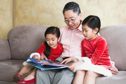 Phụ huynh nên tạo cho trẻ thói quen đọc sách từ nhỏ.