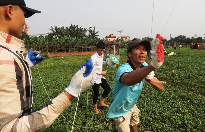 Người dân đua tài thả diều truyền thống ở Hà Nội