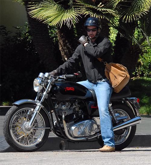 Tài tử nổi tiếng trong một lần lái chiếc Norton Commando 850 đời 1973 ở Los Angeles, Mỹ. Ảnh: PopSugar