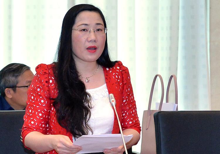 Uỷ viên thường trực Uỷ ban Tư pháp Nguyễn Thị Thuỷ trình bày báo cáo sáng 19/4. Ảnh: Hải Ninh