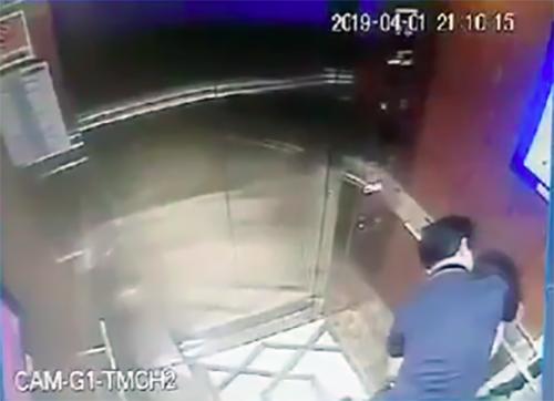 Ông Nguyễn Hữu Linh sàm sỡ bé gái trong thang máy. Ảnh: camera ghi lại