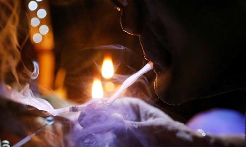 Một người hít ma túy đá tại Philippines tháng 2/2017. Ảnh: Reuters.