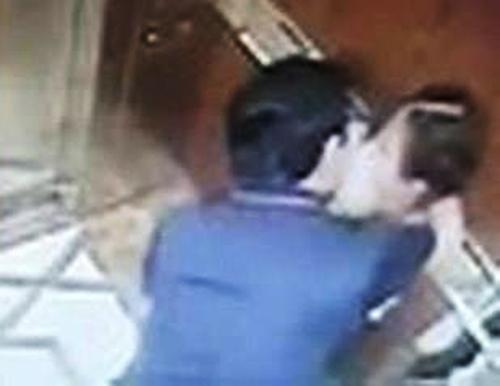 Ông Linh ghì hôn bé gái trong tnang máy.