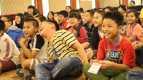 Các bạn nhỏ hào hứng với buổi học của Tiến sĩ Ernest Wong.