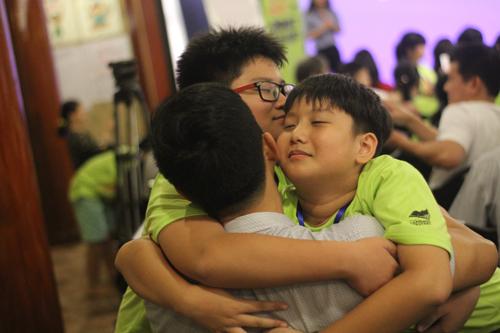 Kết thúc khóa học, các bạn nhỏ biết cách gắn kết tình yêu thương.