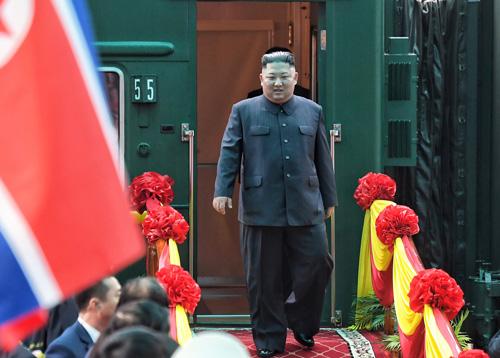 Lãnh đạo Triều Tiên Kim Jong-un bước xuống từ đoàn tàu bọc thép ở ga Đồng Đăng, Lạng Sơn hồi tháng 2. Ảnh: Giang Huy.