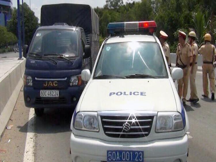 CSGT chặn bắt ôtô chở hàng trăm kg ma tuý đá trước hầm Thủ Thiêm, quận 1. Ảnh: Quốc Thắng.