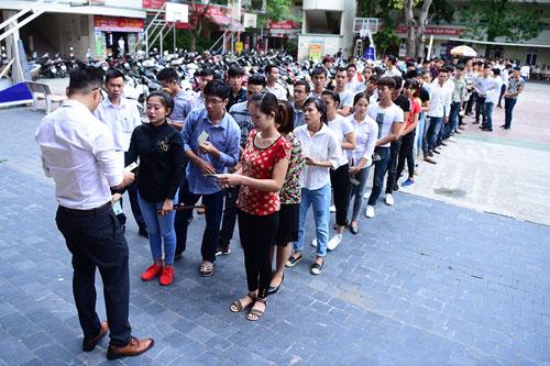 Lao động Việt Nam xếp hàng thi ngoại ngữ trước khi đi xuất khẩu lao động tháng 6/2017. Ảnh: Giang Huy.