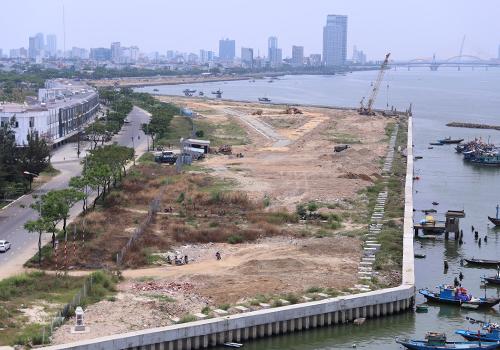 Dự án bất động sản và bến du thuyền Đà Nẵng có nhiều diện tích được cho là lấn sông. Ảnh: Nguyễn Đông.
