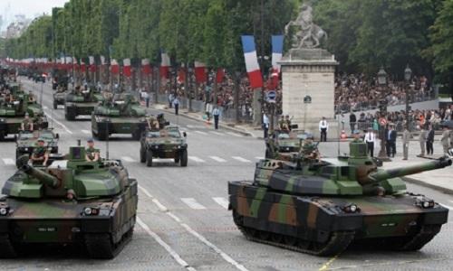 Xe tăng Leclerc của Pháp diễu hành tại thủ đô Paris kỷ niệm ngày phá ngục Bastille hôm 14/7/2017. Ảnh: AP.