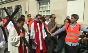 Tổng giám mục Paris rước thánh giá gần Nhà thờ Đức Bà