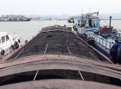 Tàu chở 900 tấn than cám bị bắt giữ. Ảnh: Hải Long