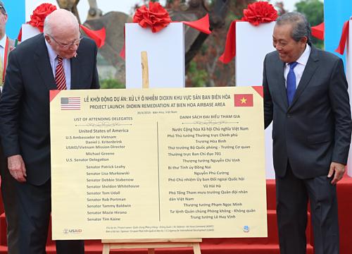 Thượng nghị sĩ Mỹ Patrick Leahy (trái) và Phó chủ tịch nước Trương Hoà Bình khởi động dự án tẩy độc dioxin tại sân bay Biên Hoà ngày 20.4.2019. Ảnh: Phước Tuấn