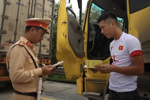 Cục Cảnh sát ra quân kiểm tra việc sử dụng ma túy của lái xe. Ảnh: Gia Chính
