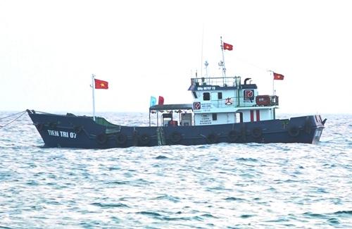 Tàu hậu cần sẽ được trưng dụng để chở 30.000 lít xăng ra Lý Sơn trong ngày 20/4. Ảnh: Thạch Thảo.