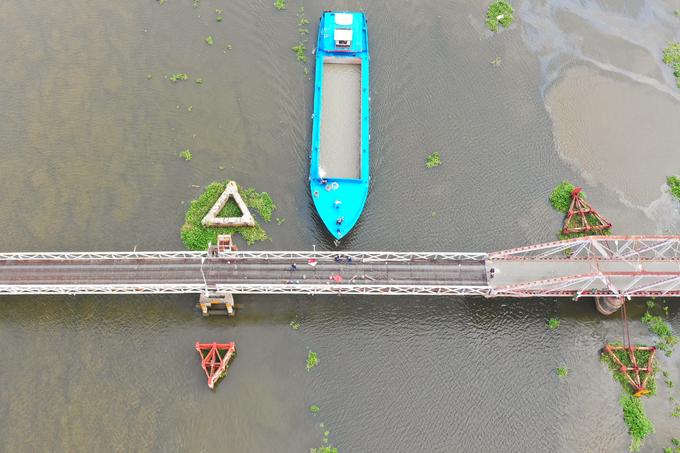 Tháo dỡ cầu sắt hơn 100 năm bắc qua sông Sài Gòn