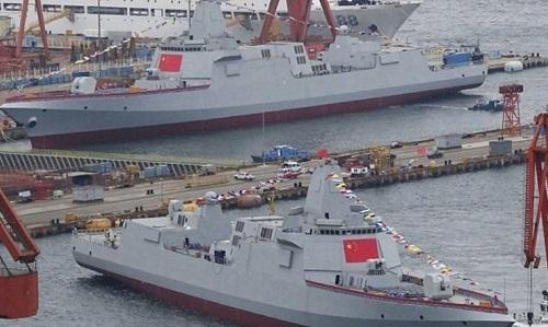 Hai khu trục hạm Type-055 của Trung Quốc trong lễ hạ thủy vào tháng 7/2018. Ảnh: Sina.