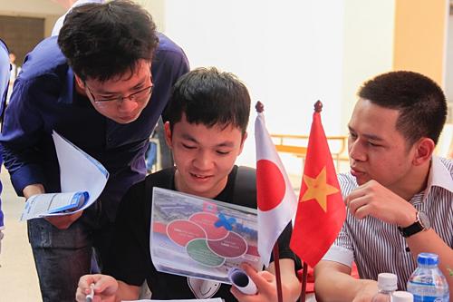 Các sinh viên tham khảo vị trí việc làm của một công ty có vốn đầu tư từ Nhật Bản. Ảnh: Dương Tâm