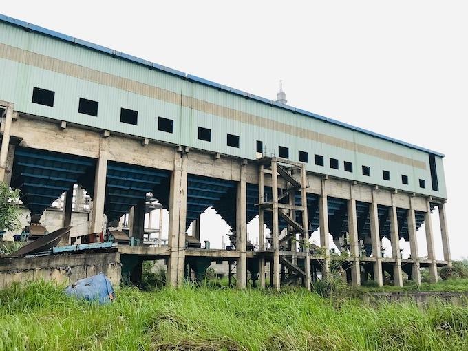 Cỏ mọc đầy tại khu nhà xưởng đã hoàn thành. Năm 2013, dự án bất ngờ tạm dừng triển khai cho đến nay.