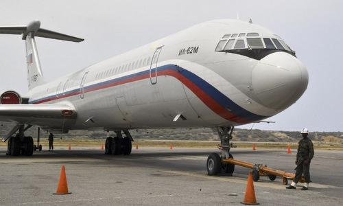 Máy bayNga đậu tại sân bay gần Caracas hôm 31/3. Ảnh: AFP.