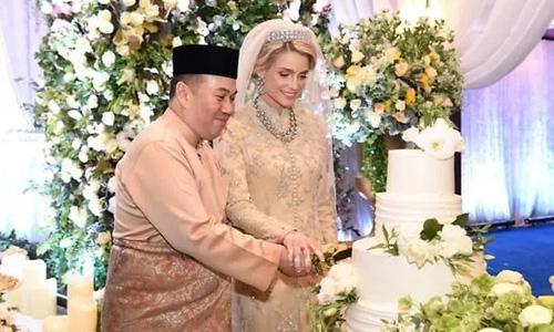 Thái tử Tengku Muhammad Faiz Petra và bạn gái Thụy Điển trong lễ cưới tại bang Kelantan, Malaysia tối 19/4. Ảnh: Facebook.