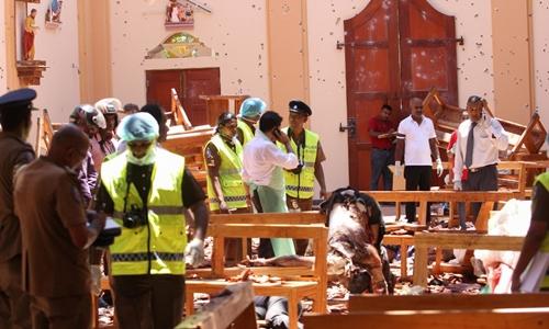 Giới chức tại hiện trường vụ nổ nhà thờ Thánh Sebastian ở Negombo ngày 21/4. Ảnh: AFP.