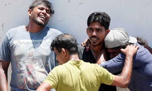 Người thân của các nạn nhân trong vụ đánh bom tại đền Thánh Anthony ở thủ đô Colombo, Sri Lanka, ngày 21/4. Ảnh: Reuters.