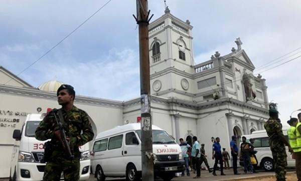 Lực lượng an ninh gác bên ngoài đền ThánhAnthony ở thủ đô Colombo. Ảnh: Reuters.
