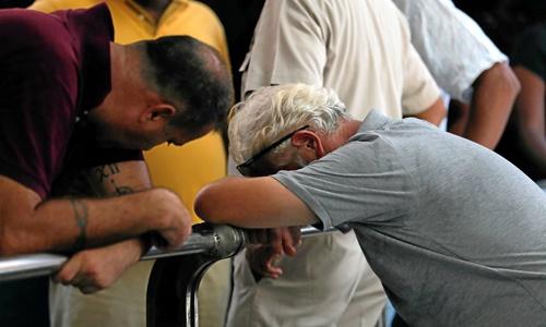 Người thân của các nạn nhân bị đánh bom ở Sri Lanka đau buồn trước thảm kịch. Ảnh: Reuters.