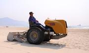 Máy sàng cát lấy rác trên bãi biển Đà Nẵng