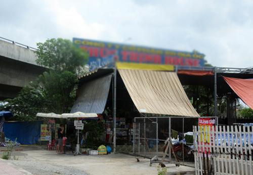 Một hộ dân tự ý mở tôn hộ lan củađường cao tốc làm lối đi lại và xây dựng hàng quán ngay sát hàng rào bảo vệ. Ảnh: Vân Quỳnh