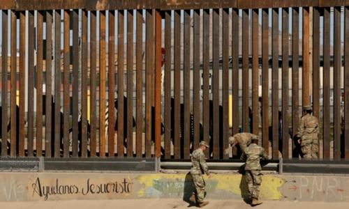 Lính Mỹ tại hàng rào biên giới Mỹ - Mexico ngày 3/4. Ảnh: Reuters.